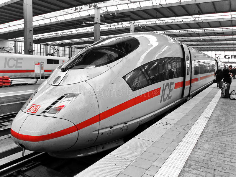 Train exprès interurbain (de GLACE) de Deutsche Bahn photo stock