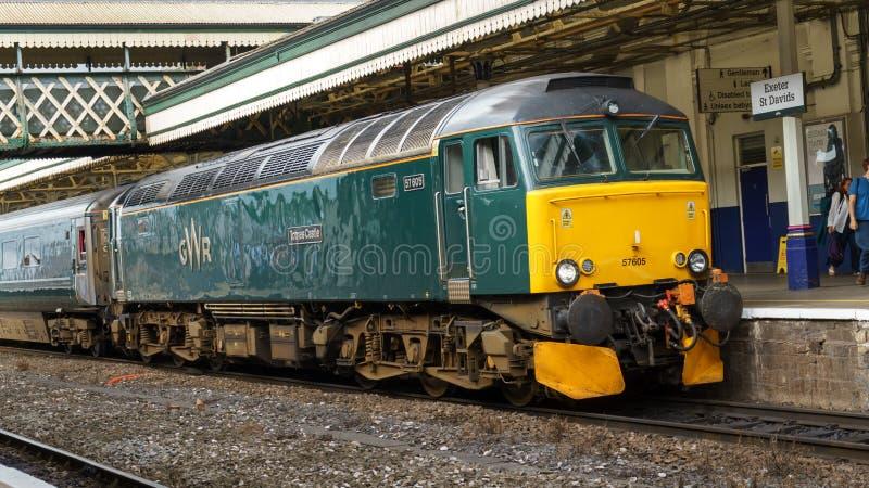 Train ferroviaire de Great Western attendant sur la plate-forme de station d'Exeter St David, Devon, le 29 juin 2017 photographie stock libre de droits