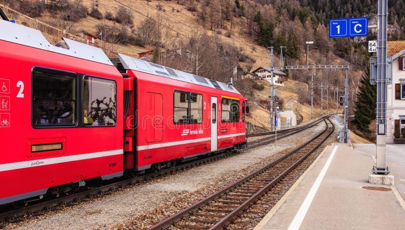 Train ferroviaire de Rhaetian quittant la gare ferroviaire de Filisur en Suisse images libres de droits