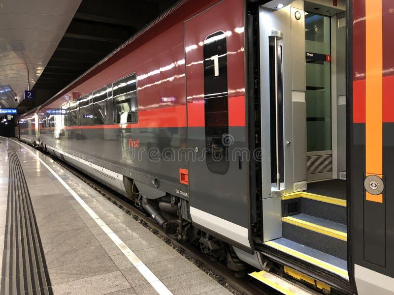 Train Flughafen de arrivée Wien Bahnhof, gare ferroviaire de service de rail de grande vitesse de Railjet d'aéroport de Vienne à  images libres de droits