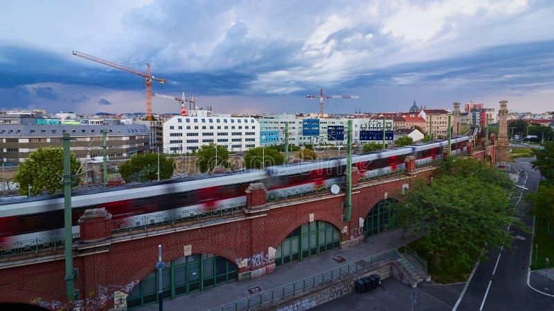 Train, grues et bâtiments à Vienne photo libre de droits