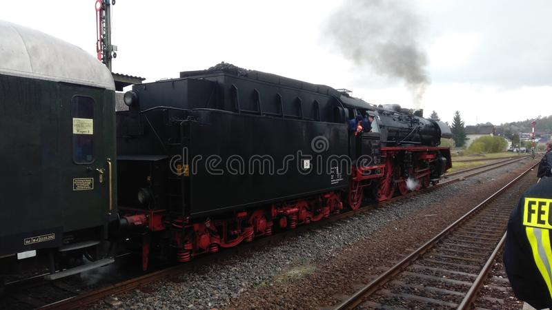 Train historique de machine à vapeur démarrant à un voyage de musée photos stock