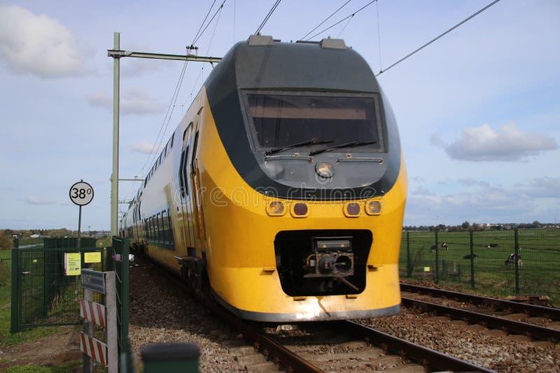 Train interurbain à la voie ferrée entre le Gouda et Rotterdam chez Moordrecht photographie stock libre de droits