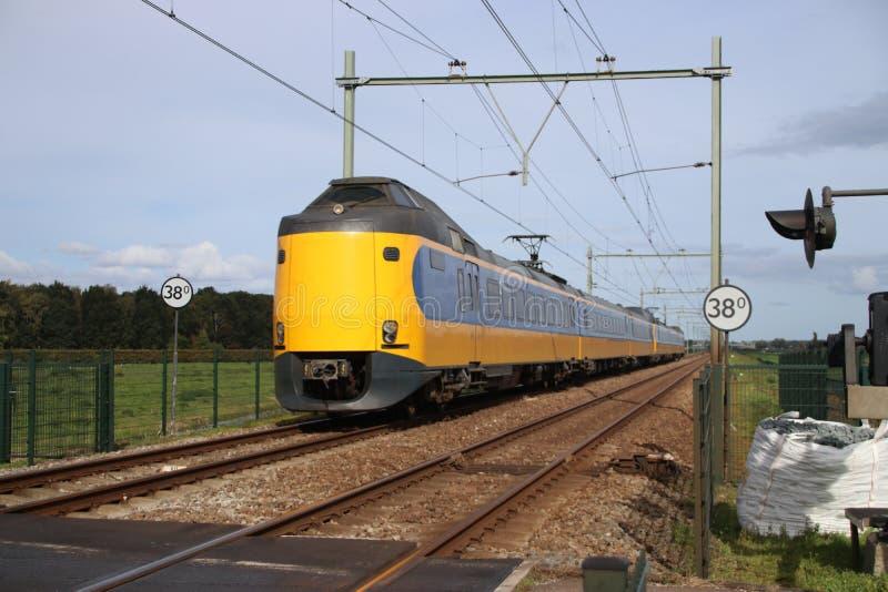 Train interurbain à la voie ferrée entre le Gouda et Rotterdam chez Moordrecht photos stock