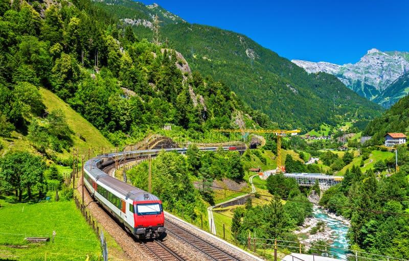 Train interurbain au chemin de fer de Gotthard - Suisse images stock