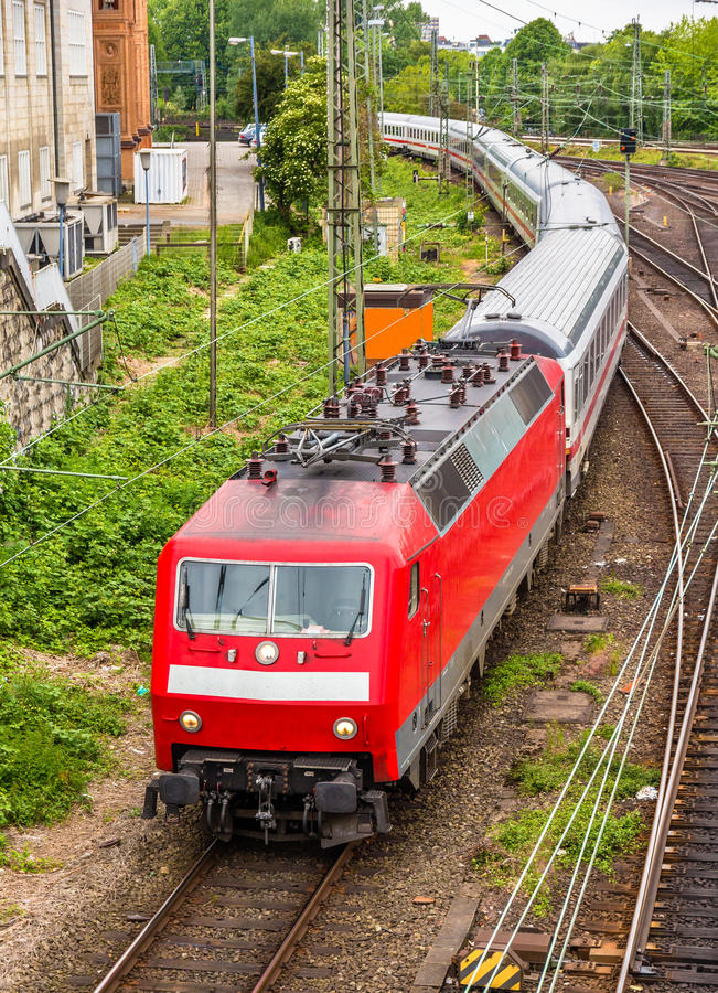 Train interurbain dans la station de Hambourg Hauptbahnhof photo stock