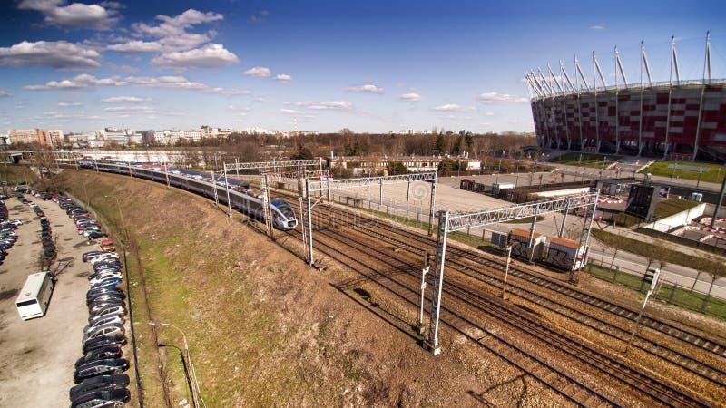 Train interurbain de PKP passant ? c?t? du stade national ? Varsovie photo libre de droits