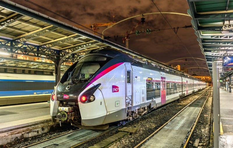 Train interurbain de revêtement de Coradia à la station Paris-est france image libre de droits