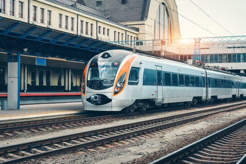 Train interurbain moderne sur la plate-forme ferroviaire images libres de droits