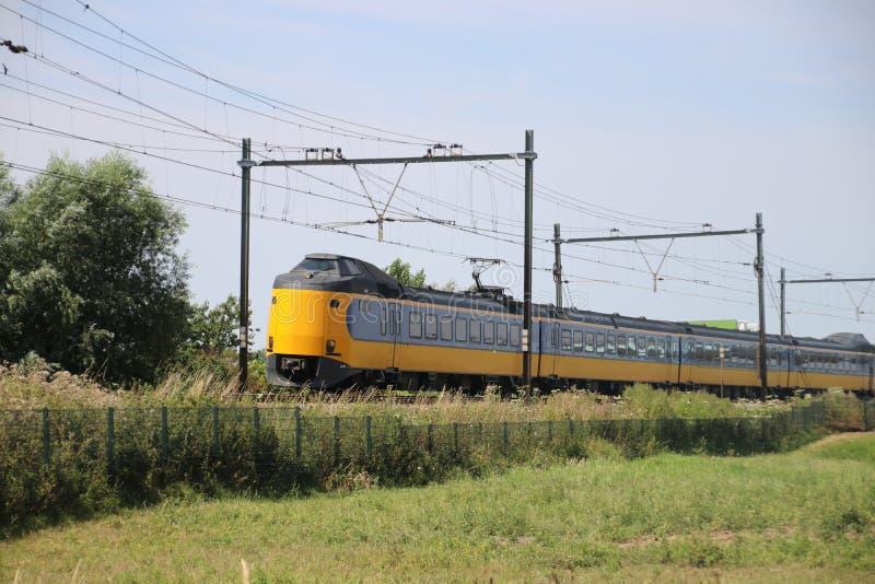 Train interurbain sur la voie chez Moordrecht se dirigeant à Rotterdam aux Pays-Bas photo libre de droits