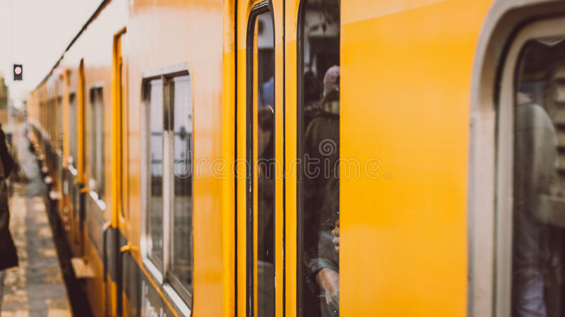 Train jaune arrivant à la station photo libre de droits