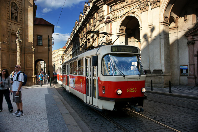 Train léger de longeron à Prague images stock