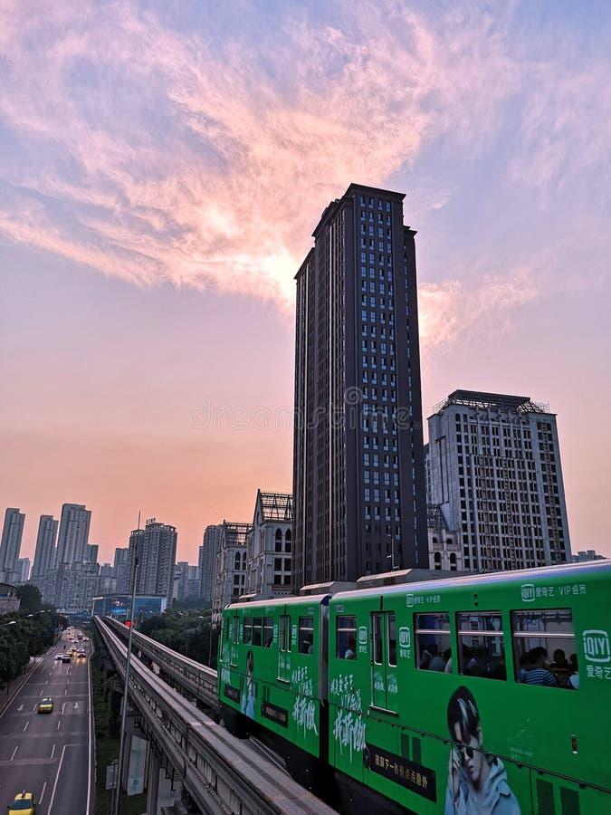 Train léger de rail au-dessus de route photographie stock libre de droits