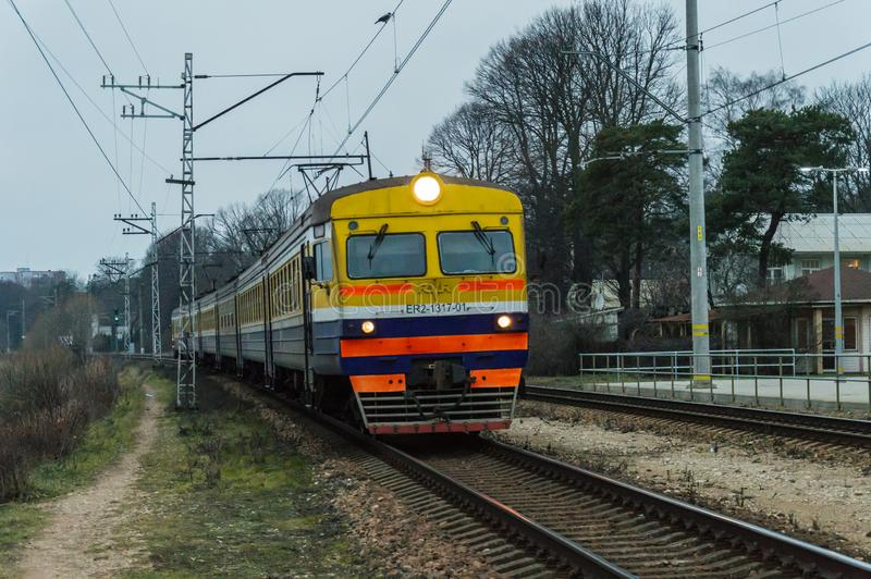 Train letton approchant la gare de Jurmala images libres de droits