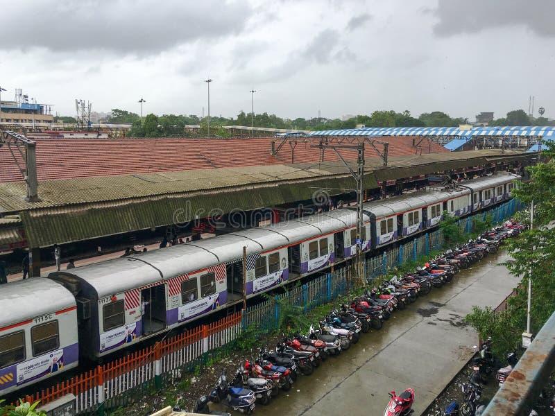 Train local électrique de baunt de CSMT à la plate-forme kalyan No. de jonction sept Kalyan Maharashtra Inde photos libres de droits