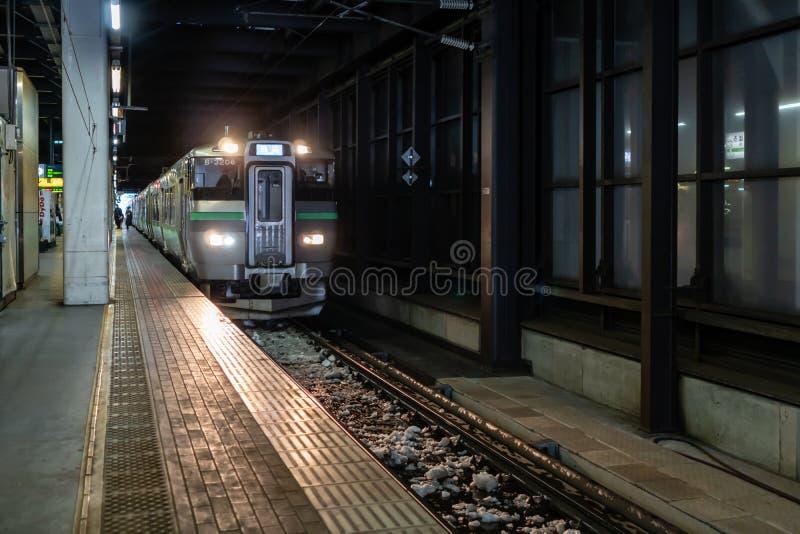 Train local se garant à la plate-forme de la station de train de Sapporo du Hokkaido, Japon photo libre de droits