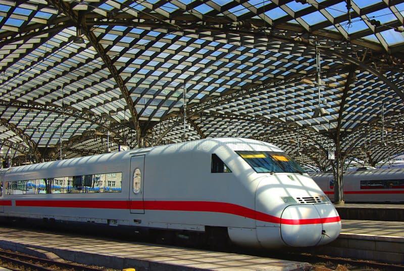 train moderne de gare de l'Europe images libres de droits