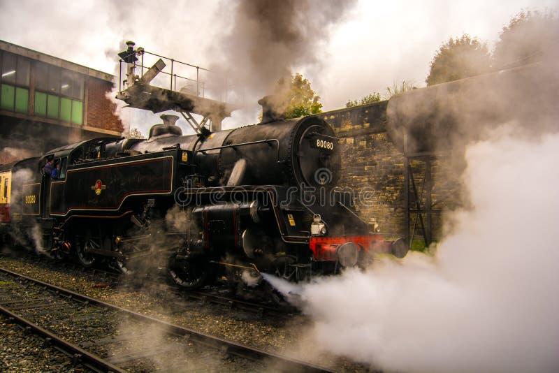 Train noir de vapeur à la station d'enfouissement photographie stock