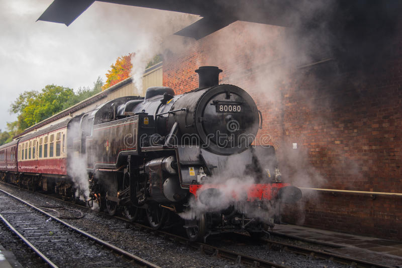 Train noir de vapeur attendant le départ photo stock
