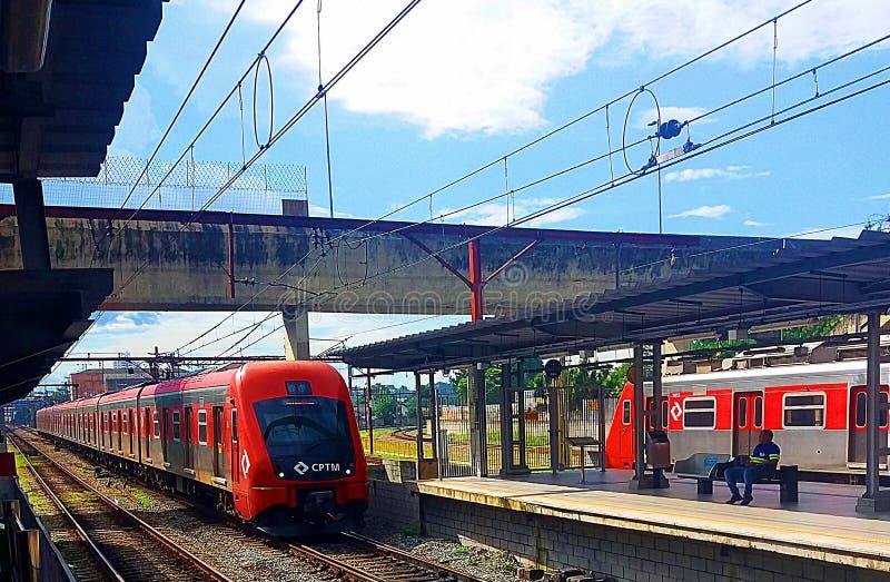 Train obtenant à la gare photographie stock libre de droits