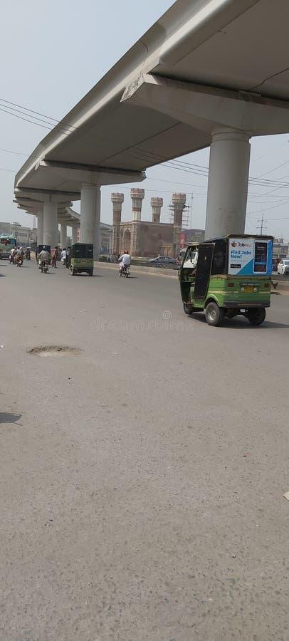train orange traversant le chouburgi Lahore Pakistan photographie stock