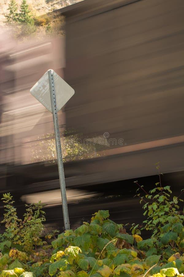 Train par le signe photo stock