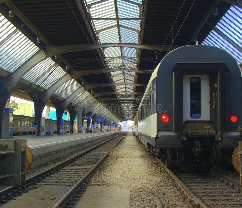 Train partant de la gare image libre de droits