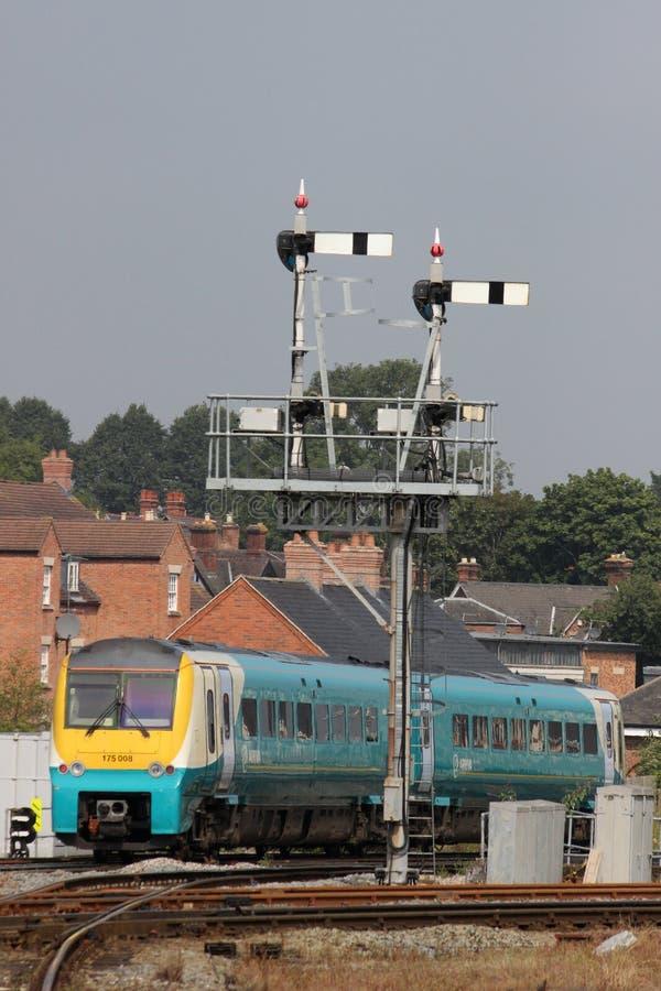 Train passant le portique de signal à la station de Shrewsbury photographie stock