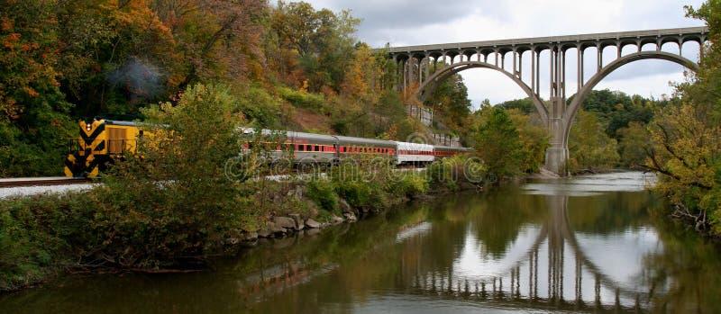 Train, passerelle et fleuve images stock