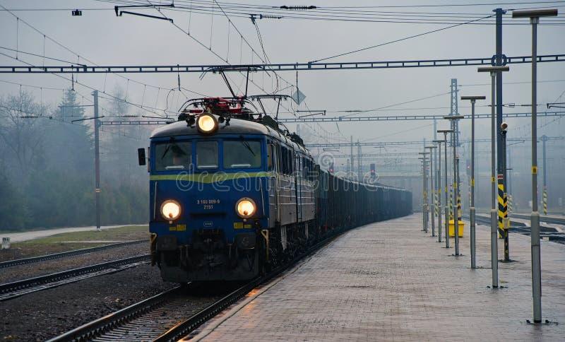 Train pluvieux de matin photo stock