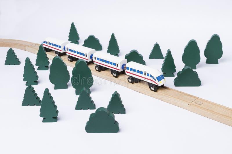 Train rapide conduisant par la petite forêt images libres de droits