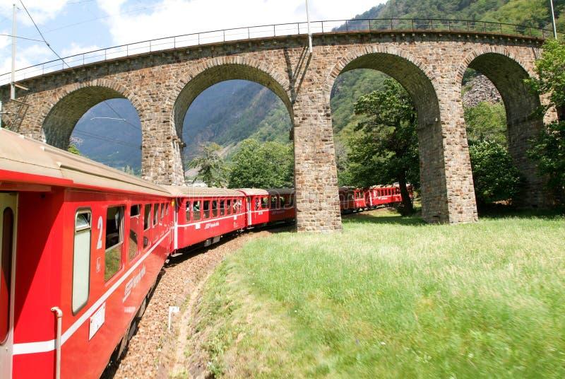 Train rapide de Bernina chez Brusio sur les alpes suisses photos libres de droits