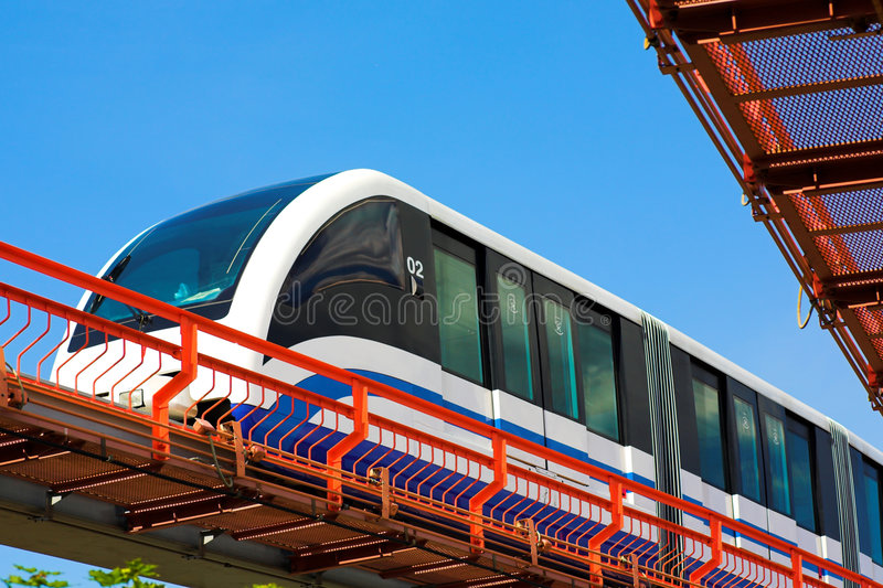 Train rapide de monorail sur le chemin de fer photographie stock libre de droits