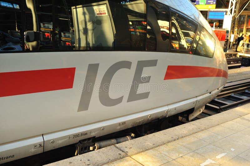 Train rapide superbe de GLACE sur la plate-forme photos libres de droits