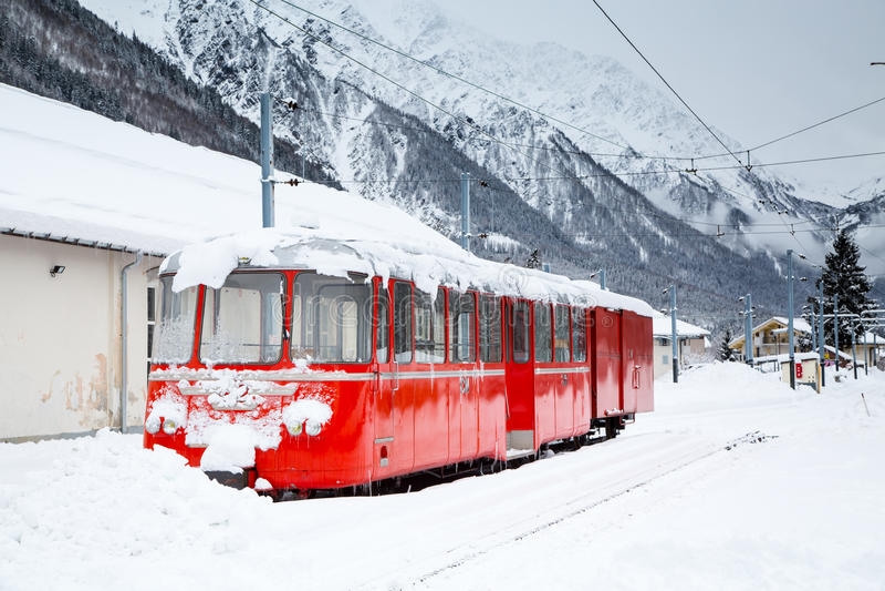 Train rouge alpin Montenvers Mer de Glace dans la neige photo libre de droits