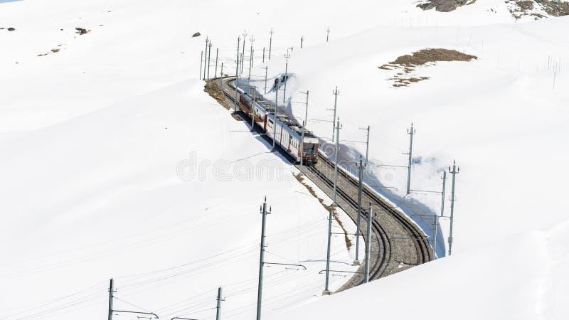 Train rouge s'élevant jusqu'à la station de Gornergrat sur Zermatt, Suisse Le rail de support de Gornergrat images libres de droits