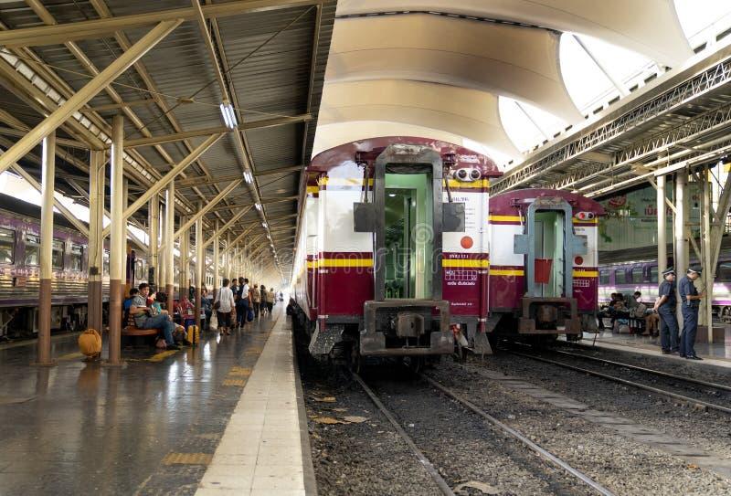 Train rouge thaïlandais de sprinter, train de locomotive diesel pour transporter le pe image libre de droits