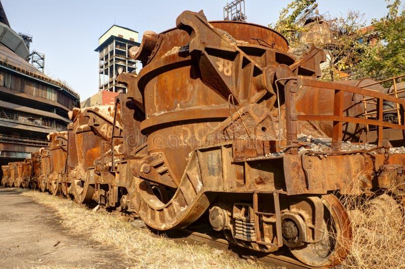 Train rouillé à l'aciérie abandonnée photographie stock