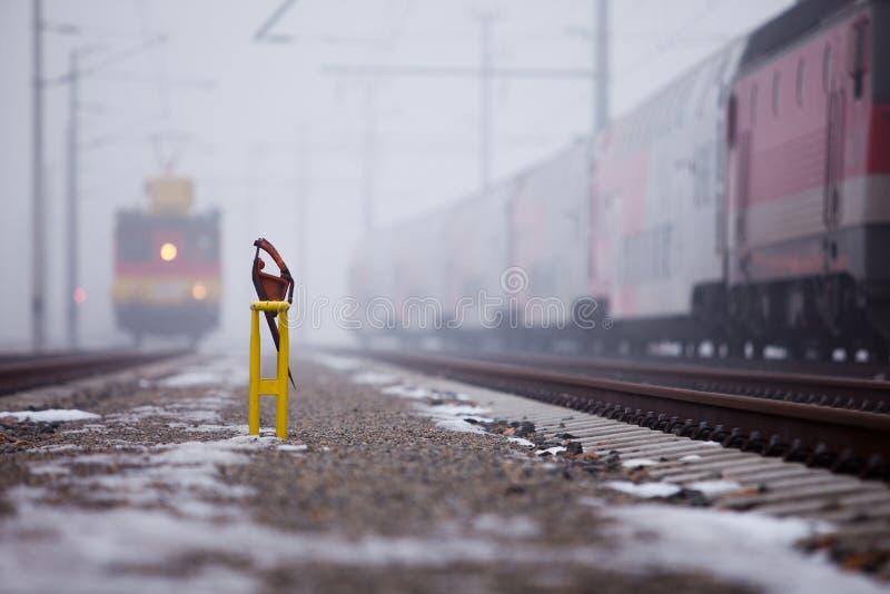 Train sur l'avançon brumeux images stock