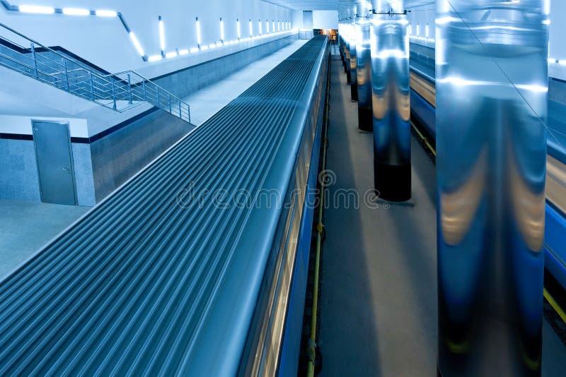 Train sur la plate-forme souterraine image stock
