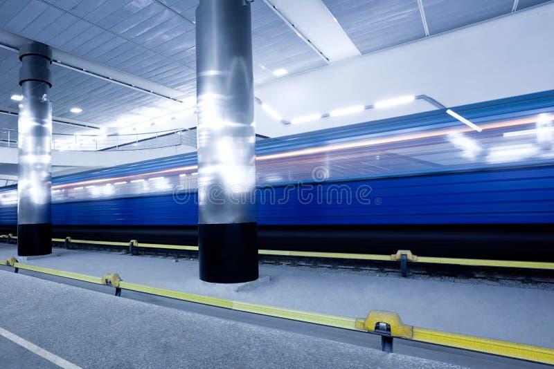 Train sur la plate-forme souterraine photographie stock libre de droits