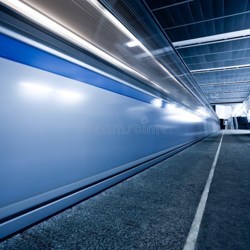 Train sur la plate-forme souterraine photos libres de droits