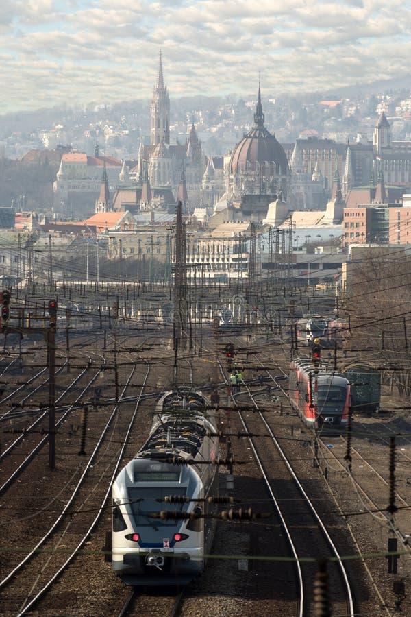 Train sur le chemin de fer contre l'horizon de Budapest photo stock