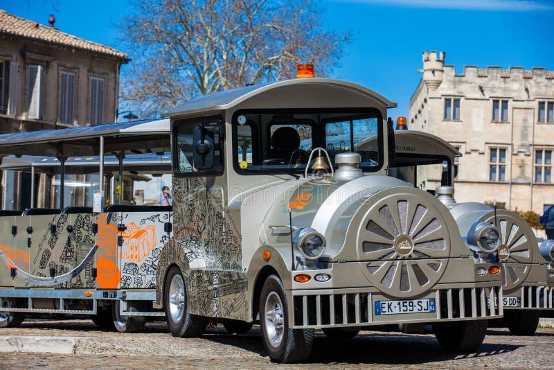 Train touristique à la place au-dessous du palais des papes à Avignon image stock