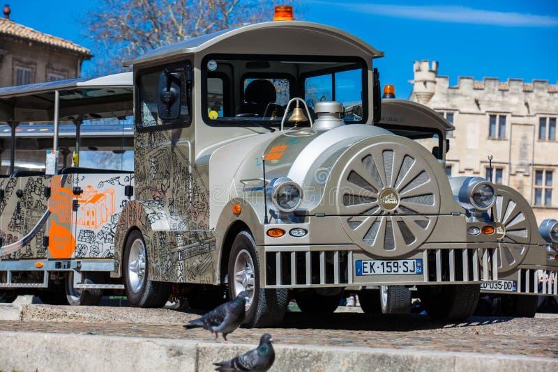 Train touristique à la place au-dessous du palais des papes à Avignon images libres de droits