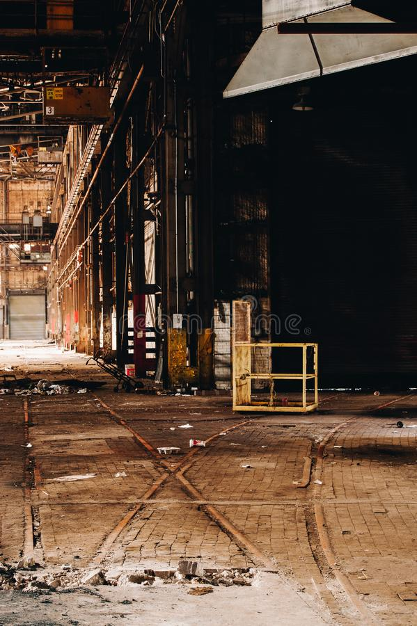 Train Tracks + belgische Blockböden - Abandoned Wean United Factory - Youngstown, Ohio lizenzfreie stockfotografie