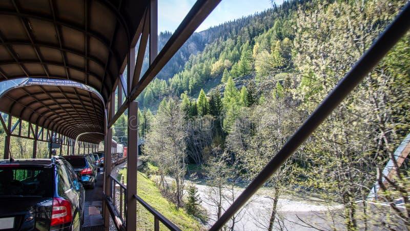 Train transportant des voitures de tourisme photos libres de droits