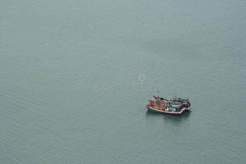 Traineira tradicional do barco de pesca no golfo da vista aérea foto de stock