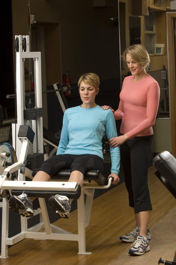 Trainer in de gymnastiek royalty-vrije stock afbeeldingen