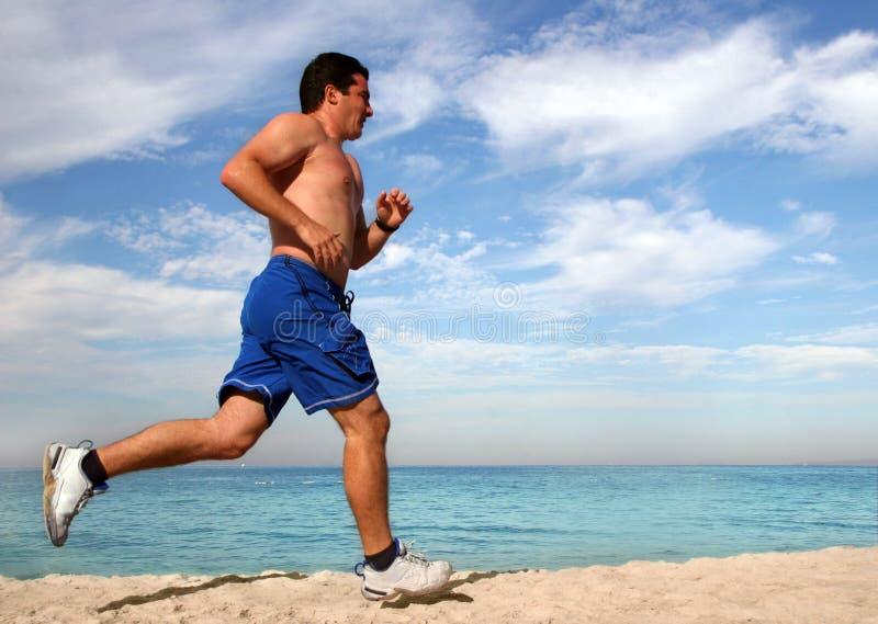 Trainieren auf dem Strand lizenzfreie stockbilder